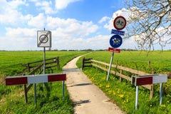 Stören Sie nicht catle Zeichen entlang einer Fahrradspur Lizenzfreie Stockfotos