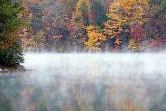 större dimmig morgon för falllake Royaltyfri Foto