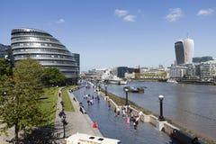 Större London myndighetshögkvarter vid Themsen under den klara soliga Maj dagen royaltyfri foto