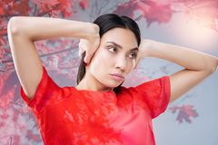 Störrische ernste Frau, die ihre Ohren beim Haben eines Streites mit Ehemann schließt stockfotografie