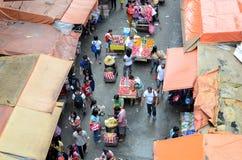 Störrische illegale Straßenhändler, welche die Stadtdurchgangsstraße besetzen stockbilder