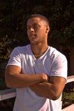 Störrischer junger Mann mit seinen Armen gekreuzt Stockbilder