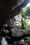 Störst grotta i Thailand i buddistisk kloster Arkivfoton