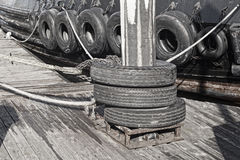 Stötdämparegummihjul på pråm Arkivfoton