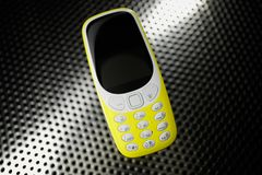 Stötsäker telefon på metallyttersida Royaltyfria Foton