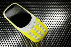 Stötsäker telefon på metallyttersida Royaltyfri Bild