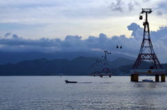 Stötta kabelbilen över havet i Vietnam i Asien Royaltyfri Bild