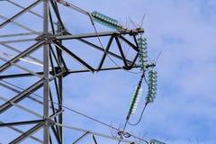Stötta kraftledningar med trådar och isolatorer på en blå himmel royaltyfria foton