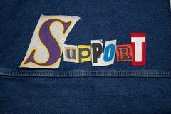STÖTTA ordcollage från för utslagsplatsskjorta för snitt ut bokstäver, kopieringsutrymme, kundtjänst arkivfoton