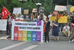 Stötta personerna som protesterar i den istanbul kalkon arkivbilder