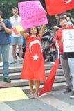Stötta personerna som protesterar i den istanbul kalkon fotografering för bildbyråer