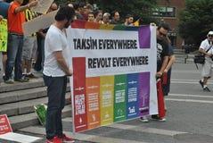 Stötta personerna som protesterar i den istanbul kalkon arkivfoton