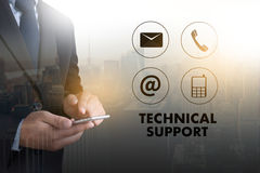 STÖTTA teknologi- och internet- och nätverkandeaffärsmanlaget arkivbild