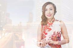 Stötta telefonoperatören i hörlurar med mikrofon på arbetsplatsen, lycklig kinesne Arkivfoton