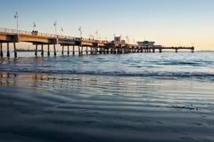 stöttar den långa pir för strandbelmont den wideangle solnedgången Royaltyfria Foton