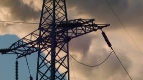 Stöttar hög-spänning kraftledningar stock video