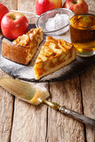 Stück Apfelkuchen mit Puderzucker- und Saftnahaufnahme auf Stockbild