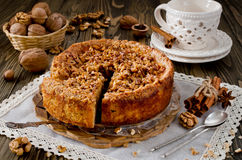 Stück Apfelkuchen mit Walnuss- und Zuckerglasur lizenzfreie stockfotografie