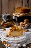 Stück Apfelkuchen mit Walnuss- und Zuckerglasur Stockfotografie