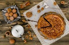Stück Apfelkuchen mit Walnuss- und Zuckerglasur Stockbilder