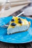 Stück Blaubeerkäsekuchen, ohne auf einer blauen Platte zu backen lizenzfreies stockbild