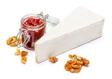 Stück Briekäse oder camambert Käse auf einem weißen Hintergrund Lizenzfreie Stockbilder