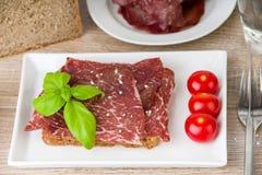 Stück Brot mit Rindfleischschinken Lizenzfreie Stockbilder