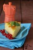 Stück der Fruchtkuchentorten-Dekorationskorinthe Stockfoto