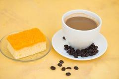 Stück der Schokolade und des Kuchens der goldenen Threads Lizenzfreies Stockbild