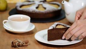 Stück der selbst gemachten Schokoladentorte mit Birnen Schokoladenbirnenkuchen stock footage