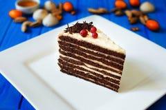 Stück des überlagerten Kuchens der Schokolade mit Buttercreme stockbild