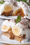 Stück des Bananenkuchens schließen mit Sahne oben auf dem Tisch Lizenzfreie Stockfotografie