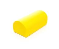 Stück des gelben hölzernen Bauklotzes auf Weiß Stockbild