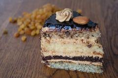 Stück des Kuchens auf dem Hintergrund von Rosinen Stockbild