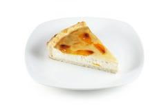 Stück des Kuchens auf weißer Platte Lizenzfreie Stockfotos