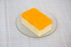 Stück des Kuchens der goldenen Threads stockfotos
