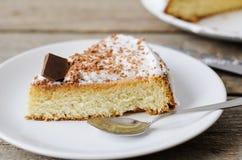 Stück des Kuchens glasiert mit Schokolade Lizenzfreie Stockfotos