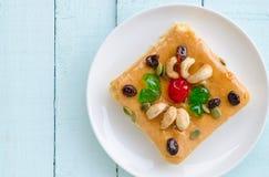 Stück des Kuchens mit Acajounuss, Kirsche, Gelee und Rosine Lizenzfreie Stockfotografie