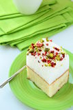Stück des Kuchens mit Eibischen und Pistazien Lizenzfreies Stockbild