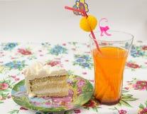 Stück des Kuchens mit einem Cocktail Lizenzfreie Stockbilder