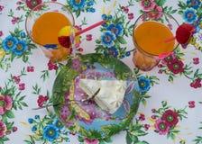 Stück des Kuchens mit einem Cocktail Stockfotos