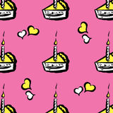 Stück des Kuchens mit Kerzen und nahtlosem Muster der Herzen Stockbilder