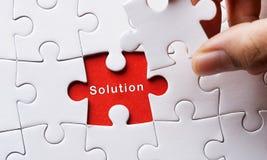 Stück des Puzzlespiels mit Wort Lösung stockbild