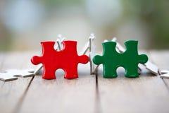 Stück des roten und grünen Puzzlen auf dem alten Holz Schach stellt Bisch?fe dar Symbol der Vereinigung und der Verbindung Der Fo lizenzfreie stockfotografie