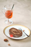 Stück des Schokoladen-Schweizer Rollenkuchens Lizenzfreies Stockbild