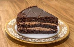 Stück des Schokoladenkuchens auf einer schönen Servierplatte stockbilder