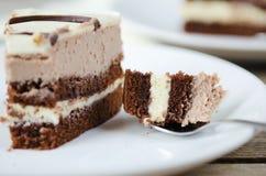 Stück des Schokoladenkuchens auf einer weißen Platte Lizenzfreies Stockbild