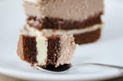 Stück des Schokoladenkuchens auf einer weißen Platte Stockbilder