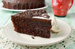 Stück des Schokoladenkuchens mit Banane Stockfotos