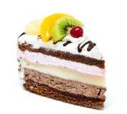 Stück des Schokoladenkuchens mit der Zuckerglasur und frischer Frucht lokalisiert Lizenzfreie Stockfotografie